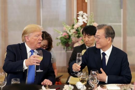 문재인 대통령과 도널드 트럼프 미국 대통령이 29일 청와대 상춘재에서 친교 만찬을 하는 모습. /사진=뉴시스 전신 기자