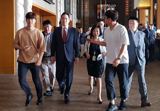 이재용 삼성전자 부회장이 30일 용산구 한남동 그랜드하얏트 호텔에서 열린 트럼프 대통령과 한국 경제인 간담회에 참석하는 모습. /사진=뉴스1 조현기 기자