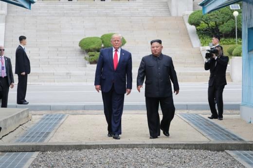 도널드 트럼프 미국 대통령이 30일 판문점 공동경비구역(JSA) 군사분계선 북측 지역에서 김정은 북한 국무위원장과 만나 군사분계선을 넘어 기념촬영 뒤 다시 돌아오는 모습. /사진=뉴시스 박진희 기자