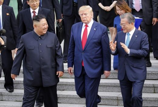문재인 대통령이 30일 판문점 자유의 집에서 열린 김정은 북한 국무위원장과 트럼프 미국 대통령의 정상회담을 끝내고 나오며 이야기를 나누는 모습. /사진=뉴시스 박진희 기자