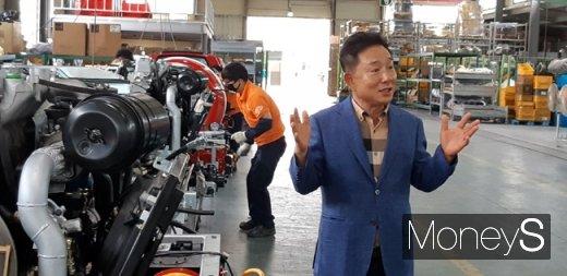 2일 한국산업단지공단 광주전남지역본부의 산단 우수기업 투어 행사가 광주 광산구 평동산단에서 개최된 가운데 김남재 한아에스에스 대표가 제품 소개를하고 있다./사진=홍기철 기자