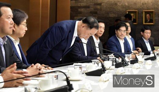 [머니S포토] 기업인들에게 인사하는 홍남기 부총리