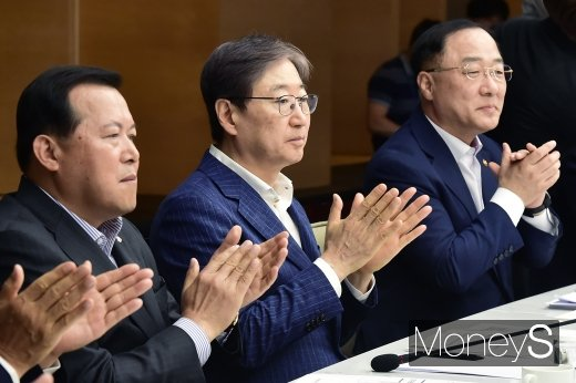 [머니S포토] 박수치는 홍남기 부총리와 주요 기업 대표들