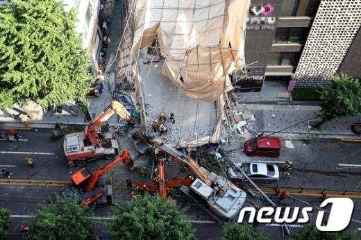 4일 오후 서울 서초구 잠원동에서 철거 작업 중이던 5층 건물의 외벽이 무너져 소방대원들이 인명구조 작업을 하고 있다. /사진=뉴스1