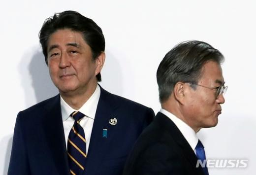 문재인 대통령(오른쪽)이 지난달 28일 오전 인텍스 오사카에서 열린 G20 정상회의 공식환영식에서 의장국인 일본 아베 신조 총리와 악수한 뒤 행사장으로 향하고 있다. /사진=뉴시스