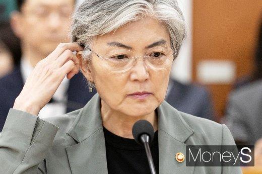[머니S포토] 생각에 잠긴 강경화 외교 장관