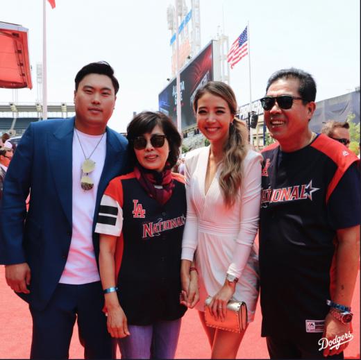 10일(한국시간) 미국 오하이오주 클리블랜드 프로그레시브 필드에서 열리는 2019 미국메이저리그(MLB) 올스타전을 앞두고 열린 레드카펫 행사에 참석한 (왼쪽부터) 류현진과 그의 어머니, 부인 배지현 전 아나운서, 아버지. /사진=LA 다저스 공식 트위터