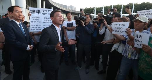 김포도시철도 지연에 항의하는 지역 주민들에게 상황을 설명하는 정하영 김포시장. /사진=뉴스1 정진욱 기자