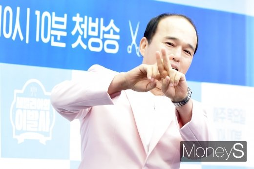[머니S포토] 김광규, '손짓은 이미 프로'