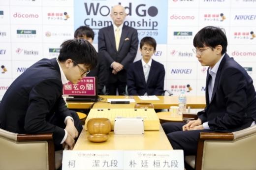 지난 3월 월드바둑챔피언십 2019 결승전 승자인 박정환 9단(오른쪽). 왼쪽은 커제 9단. /사진=한국기원(한게임)