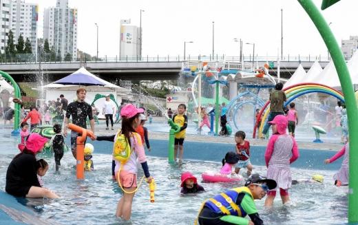 서울 중랑천 장안교에 위치한 물놀이장에서 아이들이 물놀이를 하며 즐거운 시간을 보내고 있다. / 사진=머니투데이DB