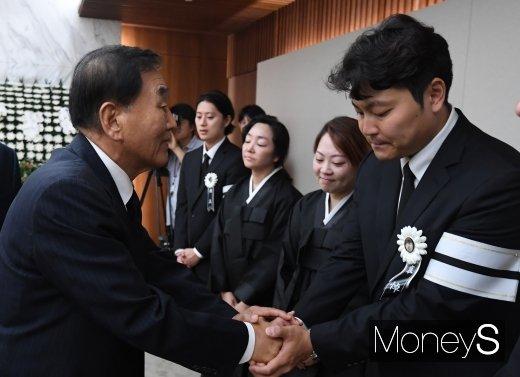 [머니S포토] 유가족 위로하는 이재오 전 의원