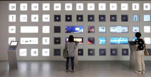 서울 서초구 삼성전자 딜라이트를 찾은 관람객이 전시된 반도체와 디스플레이 소개 화면을 살펴보고 있다. /사진=뉴스1