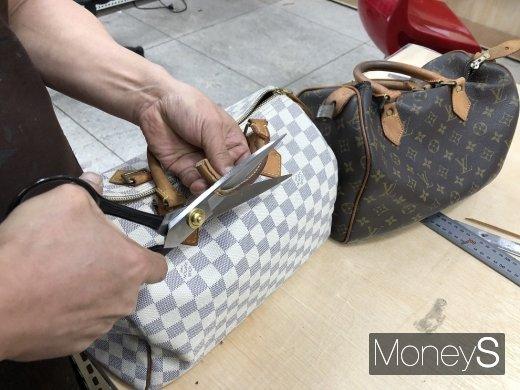 명품가방 수선사 이경한 사장이 루이비통 가방의 진품과 가품을 구별하고 있다./사진=이남의 기자