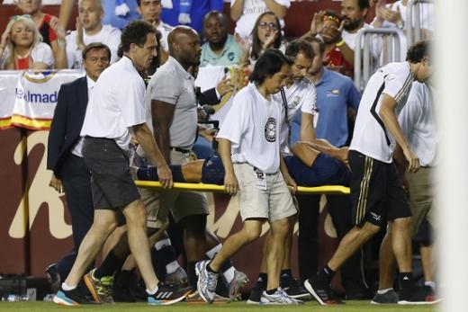 24일(한국시간) 미국 메릴랜드주 랜드로버 페덱스필드에서 열린 2019 인터내셔널 챔피언스컵(ICC) 아스날전에서 전방 십자인대 파열로 의심되는 부상을 당한 레알 마드리드의 마르코 아센시오(가운데). /사진=로이터