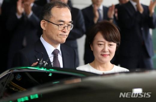 문무일 검찰총장(왼쪽) 부인 최정윤씨. /사진=뉴시스