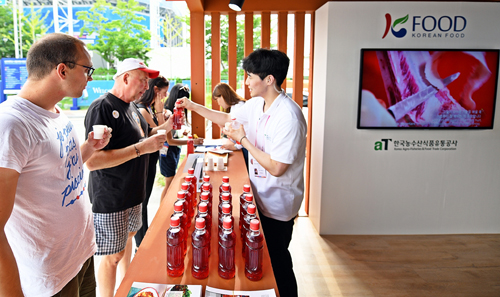 aT는 광주세계수영선수권대회가 열리고 있는 광주 광산구 남부대 마켓스트리트에서 농식품 홍보관을 운영하고 있다./사진제공=aT