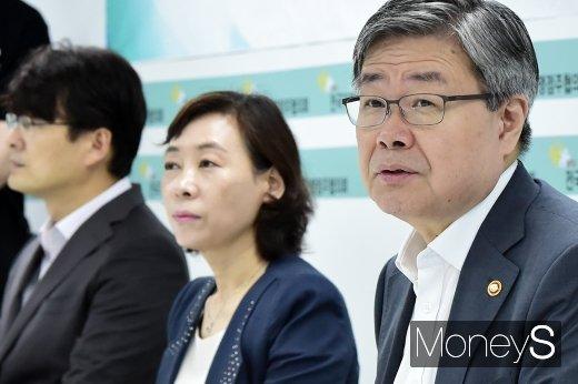 [머니S포토] 최저임금안 관련 발언하는 이재갑 장관