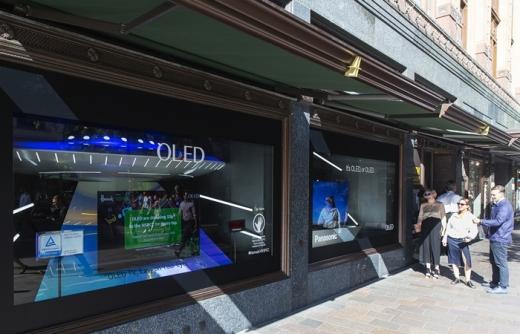 방문객들이 영국 해롯백화점 1층 쇼윈도에 전시된 글로벌업체 OLED TV를 관람하고 있다. /사진=LG디스플레이