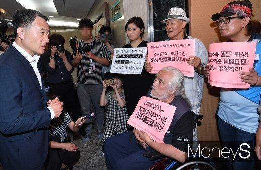 [머니S포토] 박능후 보건복지부 장관 '단체 관계자들과 대화'