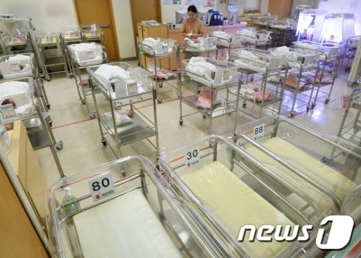 통계청이 '2019년 5월 인구동향'을 발표한 30일, 서울시내 한 병원 신생아실이 텅텅 비어있다. /사진=뉴스1