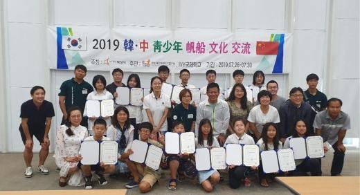 중국 위해시 IVY국제학교 지도자 및 청소년 국제교류 기념촬영 모습. / 사진제공=화성시