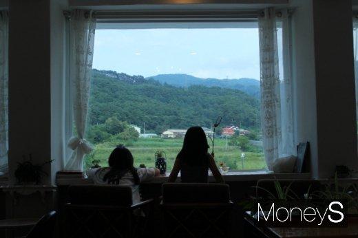 지난 29일 예와생을 찾은 어린이들이 창 너머를 바라보고 있다. /사진=박정웅 기자
