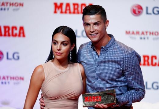 30일(한국시간) 스페인 마드리드에서 '마르카'가 수여하는 '레전드 상'을 받은 크리스티아누 호날두(오른쪽)와 그의 여자친구 조지나 로드리게스. /사진=로이터