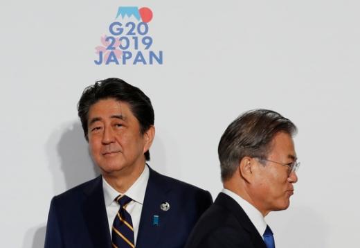 문재인 대통령(오른쪽)과 아베 일본 총리. /사진=로이터
