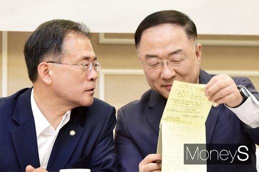 [머니S포토] 일본 수출규제 대책 의견 나누는 윤영일-홍남기
