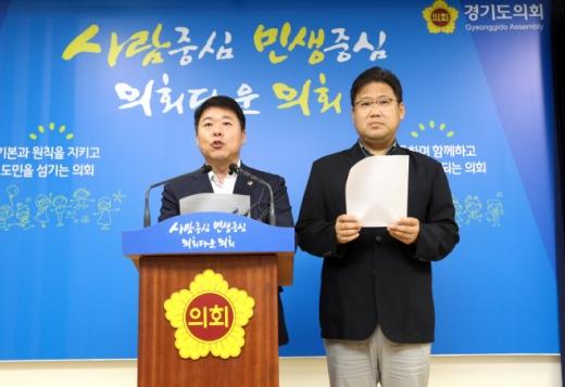 경기도의회 더불어민주당 대변인단은 2일 오후 도의회 브리핑룸에서 기자회견을 하고 있다. /사진제공=경기도의회