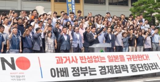 김상돈 의왕시장과 참석자들이 5일 시청에서 '아베 정권의 경제침략'을 규탄하고 있다. / 사진제공=의왕시