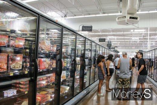 월마트 매장 냉동식품 코너 앞. /사진=김설아 기자