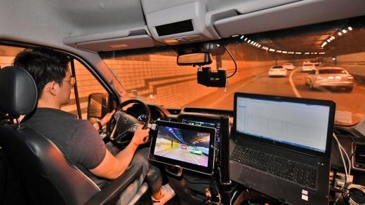 현대모비스는 자체기술로 독자개발한 중거리 전방 레이더와 전방 카메라 센서를 상용차에 다음달부터 양산 공급한다. /사진=현대모비스