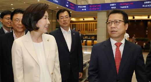 지난 9일 여의도 한국거래소를 방문한 나경원 자유한국당 원내대표(왼쪽)과 정지원 거래소 이사장. / 사진=뉴스1 이종덕 기자.