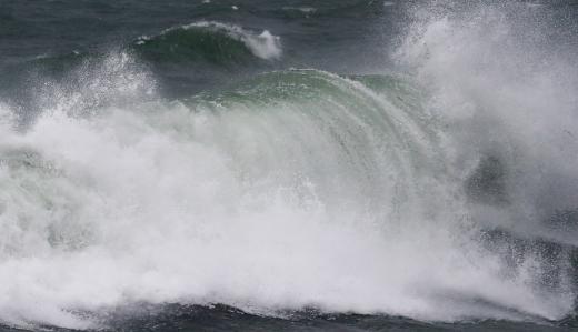 광복절인 15일 오전 '제10호 태풍 크로사(KROSA)'의 직간접영향으로 울산 동구 주전몽돌해변에 거센 파도가 몰아치고 있다. /사진=윤일지 기자