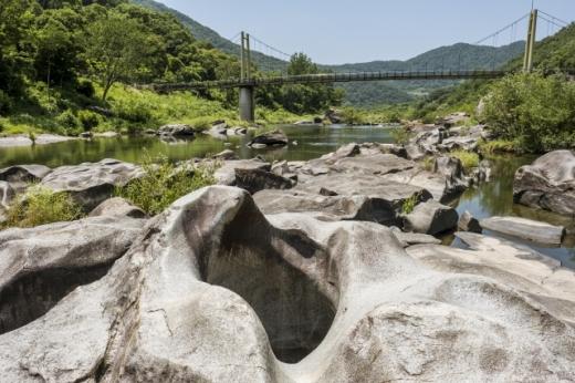 한국전쟁 당시 빨치산이 몸을 숨겼다는 장군목 요강바위. /사진=한국관광공사