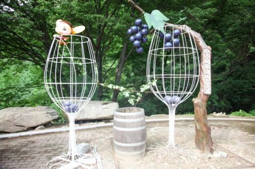 와인 잔과 머루로 꾸민 무주머루와인동굴 입구의 상징물. /사진=한국관광공사