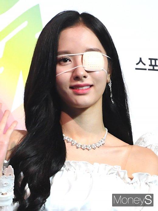 [머니S포토] 우주소녀 보나, 안대 투혼…'예쁘죠?'(2019 SOBA)