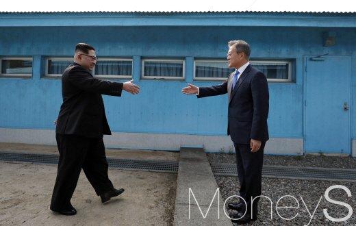 지난해 4월 판문점 군사분계선을 가운데 두고 문재인 대통령과 김정은 국무위원장이 처음 만났다./ 사진=머니S DB.