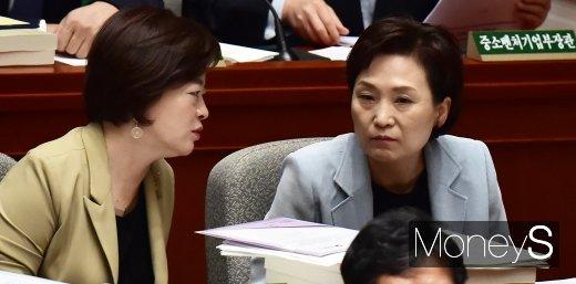 [머니S포토] 국회 예결위, 의견 나누는 김현미-진선미