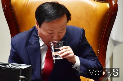 [머니S포토] 목축이는 김재원 예결위원장