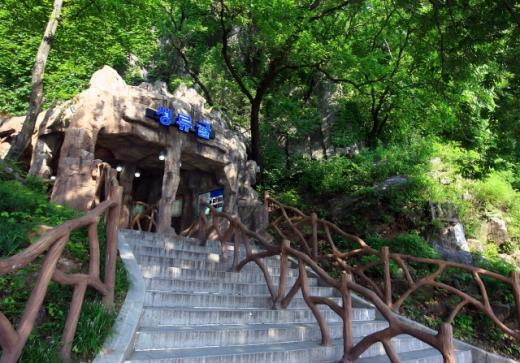 커다란 암반 사이에 있는 성류굴 입구. /사진=한국관광공사