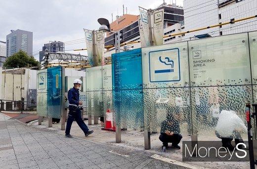 신주쿠 거리에 있는 흡연부스 안에서 사람들이 흡연을 즐기고 있다. /사진=김설아 기자