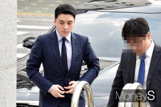 [머니S포토] 해외 원정도박 의혹 승리, 경찰 출석
