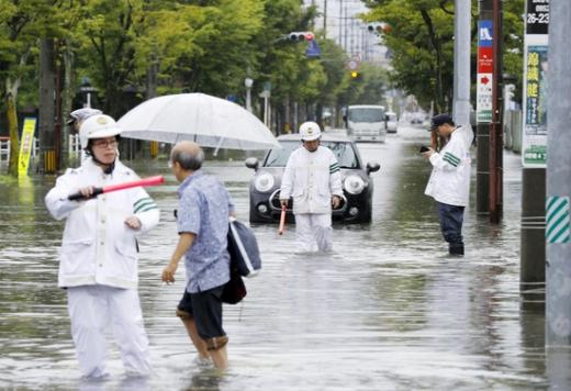28일 호우가 내려 도로가 잠긴 일본 사가현 사가시. /사진=로이터