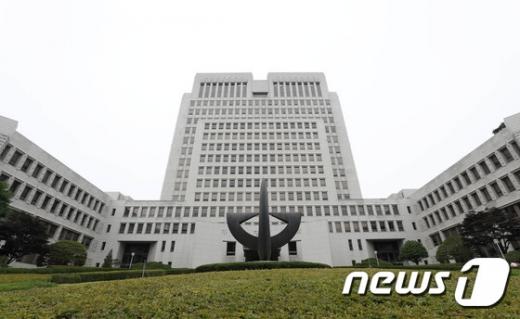 """대법 """"박근혜·최순실 뇌물죄 공동정범 성립"""" (속보)"""
