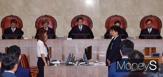 [머니S포토] '국정농단' 선고 위해 착석하는 김명수 대법원장