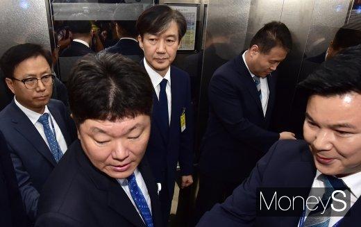 [머니S포토] 입장표명 없이 청문회 대기실 향하는 조국
