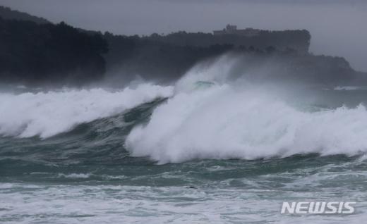 제13호 태풍 '링링'(LINGLING)이 우리나라를 향해 북상 중인 6일 오전 제주 서귀포시 법환포구 인근 해상에 커다란 파도가 몰아치고 있다./사진=뉴시스